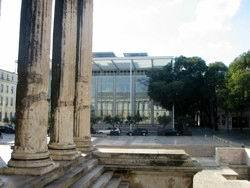 Nimes, la Maison d'Art di N. Foster vista dalla Maison Carrée