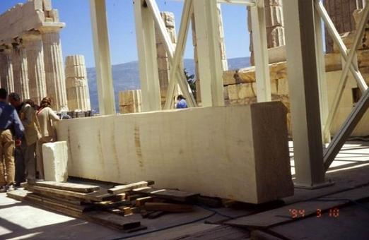 Il nuovo architrave in marmo pentelico pronto per sostituire quello in cemento armato, 2001