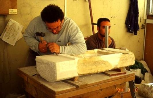 Lavorazione dei blocchi lapidei in cantiere, 2001