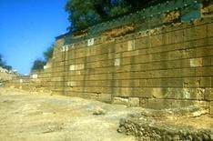 Le mura protette dalle lastre prima dell'intervento