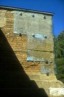Le mura protette dalle lastre prima dell'intervento di de-restauro