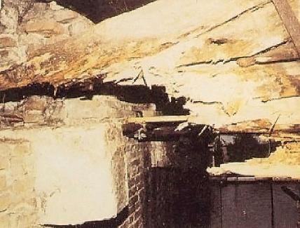 Distruzione da parte di agenti biotici (funghi e insetti) del nodo di una incavallatura nella copertura di una delle porte urbiche di Treviso