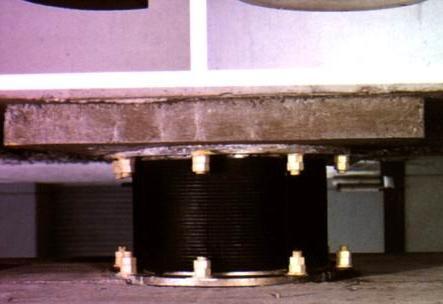 I dissipatori utilizzati nel sistema di fondazioni di un nuovo edificio in cemento armato