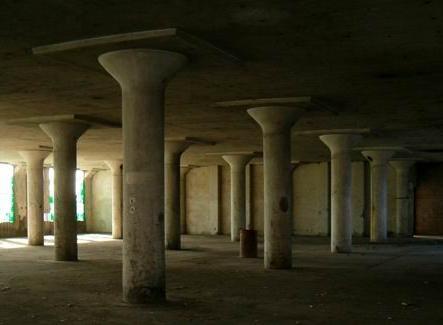 Napoli, ex fabbrica Cirio a Vigliena, veduta dell'interno con i pilastri a fungo, 2006