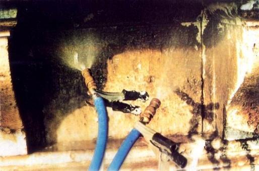 Lavaggi con getti di acqua nebulizzata entro un'area del proseptto di palazzo Torlonia in via della Conciliazione a Roma