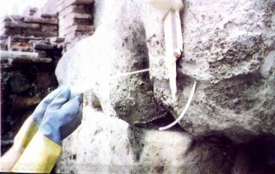 Infiltrazioni solidificanti nel podio del tempio di Antonino e Faustina a Roma