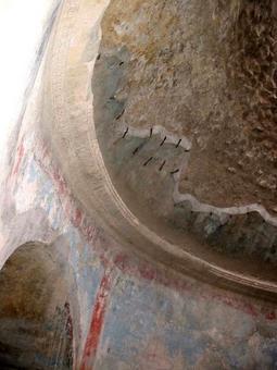 Pompei, Terme Stabiane, cupola conica con apparecchiatura orizzontale. Conservazione degli intonaci originari con grappe in metallo