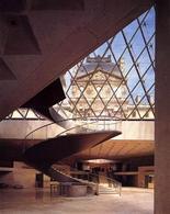 Parigi, museo del Louvre, ascensore oleodinamico nella hall di ingresso, sistemazione di I. M. Pei