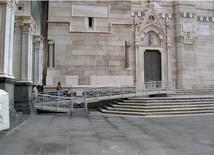 Napoli, Duomo, rampa di accesso