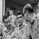 Nasser (a sinistra), Neguib (al centro)