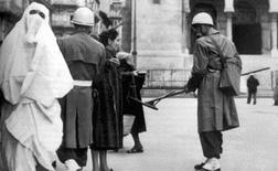 Controlli dei militari francesi ad Algeri