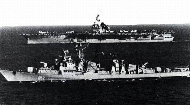 """Un caccia sovietico naviga nel Mediterraneo """"curiosamente"""" affiancato alla portaerei americana Saratoga"""