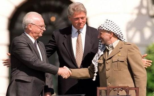 """La """"storica"""" stretta di mano fra Rabin ed Arafat, 1993"""