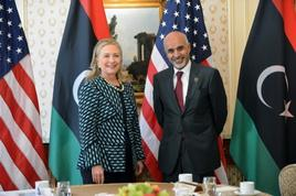 HiIlary Clinton ritratta in foto con Mohamed el Magariaf