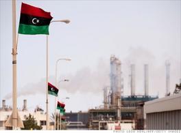 Le bandiere della nuova Libia sventolano sugli impianti petroliferi