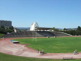 Lo Stadio (1954-'68) e  la Chiesa (1960-2005) su un lato della conca (foto di Vincent Granger da  Wikimedia Commons).