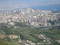 """Il dissolvimento della """"forma urbana"""" nella Napoli contemporanea (foto da Wikimedia Commons)."""