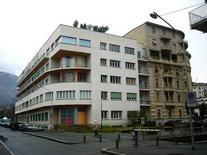 L'edificio per appartamenti  Novocomum  a Como di G. Terragni (1927-28) nell'isolato di cui fa parte. (Foto di Rory Hyde da Flickr).