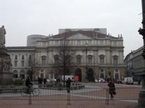 """Le nuove """"addizioni"""" si elevano sul Teatro della Scala di Milano, ristrutturato da M. Botta (2002-04)."""
