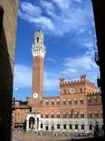 Il Palazzo Pubblico e la Torre del Mangia (foto di MarkusMark da Wikimedia Commons)