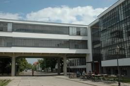 L'edificio della Bauhaus a Dessau  di  W. Gropius (1925-26) nel contesto (foto da Wikimedia Commons).