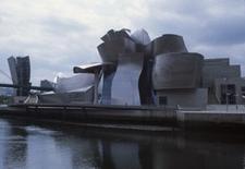 Camminando sul lungofiume, si guadagna la vista frontale del museo.
