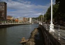 Vista dal lungofiume provenendo dalla città vecchia. Solo le torri annunciano la presenza del Museo Guggenheim.
