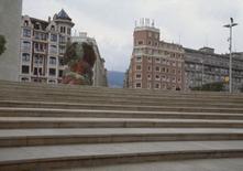 La scala con l'ingresso e la scultura floreale Puppy sono in asse con Calle Iparraguire.