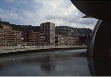 La vasca sul fiume innalza il livello dell'acqua alla base del museo, che vi si specchia.