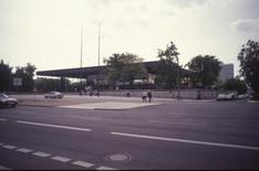 La Nuova Galleria Nazionale sulla Potsdamer Straße , riaperta al traffico dopo la caduta del muro.