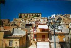 Sistema architettonico chiuso e sistemi aperti a Leonforte in Sicilia (foto di Loredana Randisi).