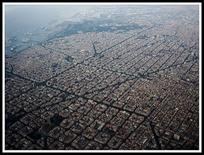 La città contemporanea è priva di limiti percepibili all'occhio. Barcellona (foto di Alhzeiia da  Wikimedia Commons).