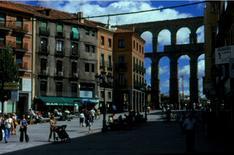 Segovia. L'acquedotto romano  e gli edifici  del XX secolo si  compongono nello spazio urbano.
