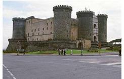 Un monumento isolato. Il Castelnuovo a Napoli.