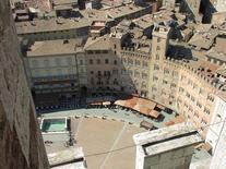 Palazzo Sansedoni, c. 1339, con le trifore imposte dall'ordinamento comunale (foto di tiseb da  Wikimedia Commons).