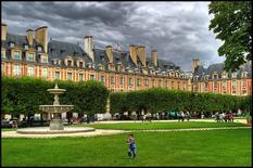 La normativa architettonica e identità dei fronti (album di Frederick Renaud, Place des Vosges::HDR foto da  Flickr).