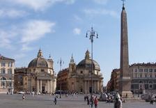 Le chiese gemelle del Rainaldi e l'obelisco (foto di Berthold Werner da  Wikimedia Commons).