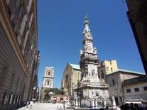 Napoli, Piazza del Gesù (foto di Johnnyrotten da Wikimedia Commons).