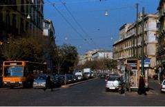 Percorrendo il primo tratto di via Foria, provenendo da Piazza Cavour, si intravvede il vuoto del lotto di progetto.