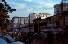 Il muro di recinzione della Caserma Garibaldi e l'area di progetto.