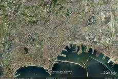 Capodimonte, S. Martino, Pizzofalcone e l'isola di Castel dell'Ovo individuano l'ambito urbano di cui fa parte il sistema dei due invasi urbani (da Google Earth).