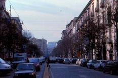 Via Foria. Sullo sfondo la collina di S. Martino, con il Castel S. Elmo e la Certosa.