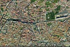 Il sistema dei due invasi, piazza Cavour-via Foria e via C. Rosaroll, nel tessuto urbano (da Google Earth).