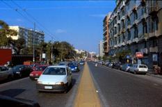 Piazza Cavour, attraversata dalla carreggiata che consente la continuità del collegamento carrabile Pessina-Carlo III.