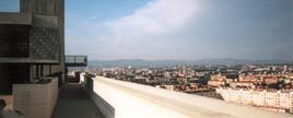 Vista di Marsiglia dal tetto  dell'Unità d'abitazione (foto di seier+seier da Wikimedia Commons).