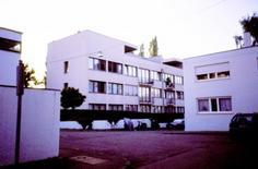 La casa in linea di Mies van der Rohe nel Weissenhofsiedlung.