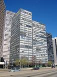 L. Mies van der Rohe, Lake Shore Drive Apartments, Chicago (foto di JeremyA da Wikimedia Commons).