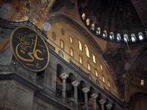 Interno di Santa Sofia, VI  sec. d. C., Istanbul (foto di Georges Jansoone da Wikimedia Commons).