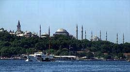 Il Palazzo del Topkapi, Hagia Sophia e la Moschea Blu dal mare (foto di Salih K. da Wikimedia Commons).