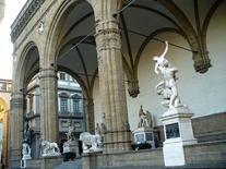 Architettura e scultura vivono in simbiosi  nella Loggia dei Lanzi a Piazza della Signoria a Firenze (foto di Freepenguin da Wikimedia Commons).